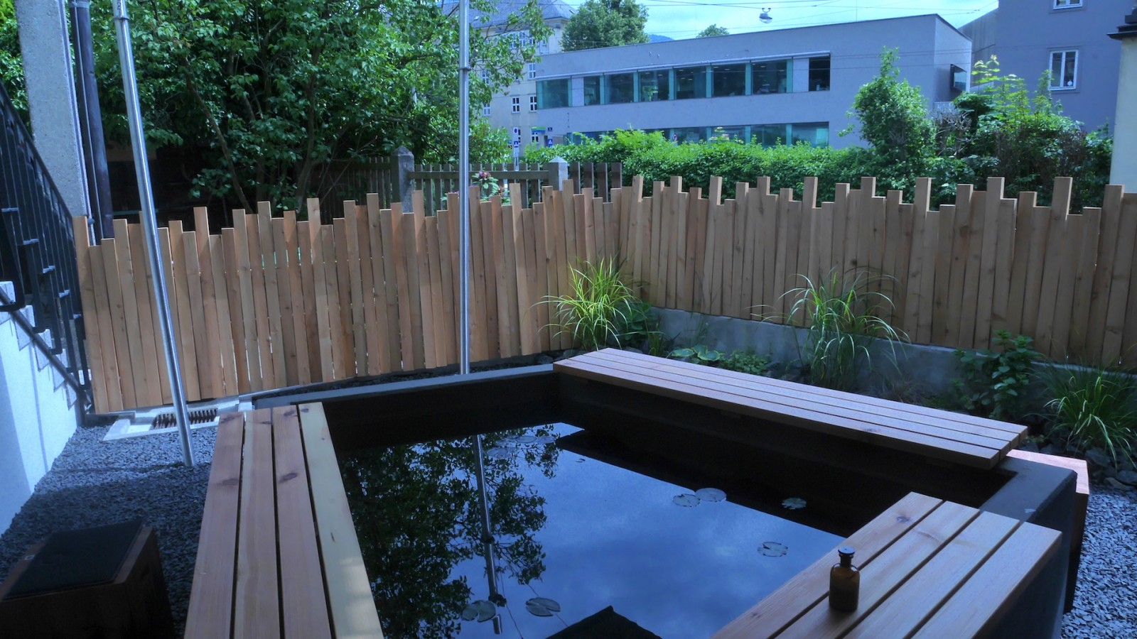 Holz, Wasser, Beton, Metall - viele Elemente treffen sich im 220 Grad in Nonntal.