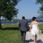 Brautpaar am Weg zum Fotoshooting am See