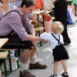 So fesch der kleine in Lederhose, der grad nicht so will wie Papa