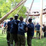 Die Helden des Tages - die freiwillige Feuerwehr beim Aufstellen des Maibaums