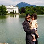 Sound of Music Tour Salzburg - Mutter mit Kind - Leopldskroner Weiher