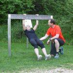 Trainer Roland Holzinger hilft