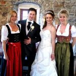 Wedding Planner Karin Vötter (l) mit einem glücklichen Brautpaar. c austrian-wedding.com