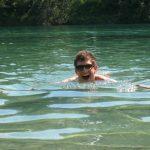Mutiger Schwimmer
