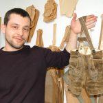 Tobias präsentiert seine eigene Lederhose aus Kindertagen