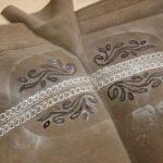 Mit Gummi Arabicum wird das Muster zum Sticken sichtbar gemacht