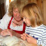 Brotbacken ist kinderleicht - die kleine Kathi ist der Beweis dafür