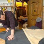 Tobias prüft die Qualität der Lederhaut