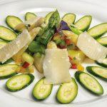 Zucchinicarpaccio mit Parmesan und buntem Spargelsalat