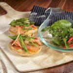 Pizza mit gebeiztem Lachs und grünem Spargel