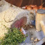 Beiried in der Salzkruste mit Honig-Balsamico-Zwieberl und Erdäpfelgratin
