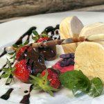 Erdbeeren mit Essigschokolade und Vanilleeisparfait