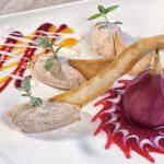 Maronisschaum-Mousse mit Preiselbeersoße und Rotweinbirnen