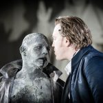 Jedermann (Nicholas Ofczarek) trifft auf den Tod (Ben Becker)
