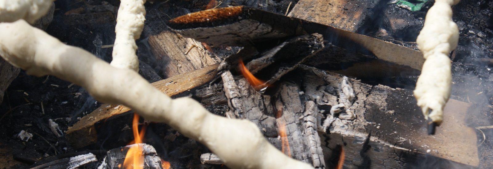 Über offenem Feuer wird das Steckerbrot gebacken