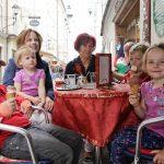 """Mathias und Greta, die Vanille und Schokoeis bestellt hat, sowie Johannes und Sophie, die zwei Kugeln Schoko isst, finden das Eis im Café Habakuk: """"Voi lecker!"""""""