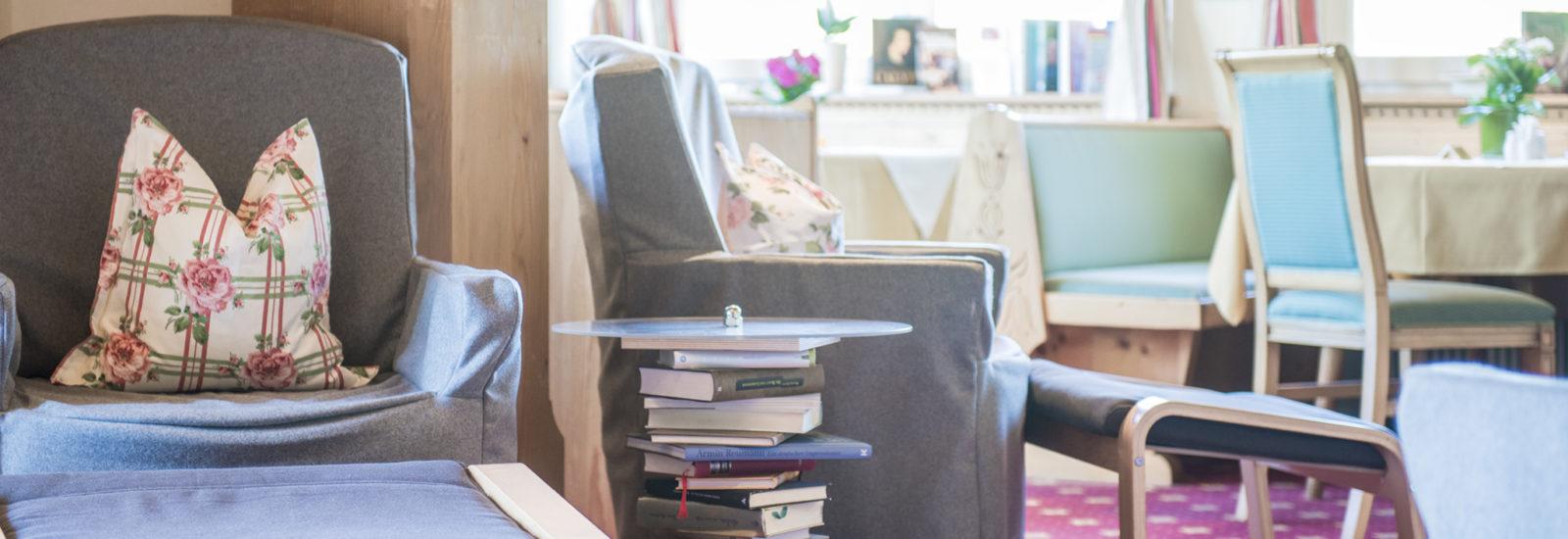 Gemütliche Leseecke im Bibliotel Sonnleitn