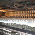 Gebrauchte Flaschen werden in der Waschanlage mehrmals gewaschen und gespült