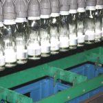 Die fertigen Flaschen werden in Kisten sortiert
