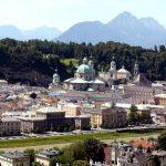 Die Salzburger Altstadt und im Hintergrund der Mönchsberg