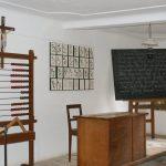Tafel und Rechenschieber im Schulzimmer