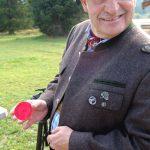Oberschuetzenmeister Heimo Waibl zeigt das Blattl