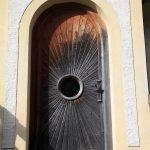 Strahlenförmige Eingangstür in die Kapelle