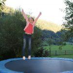 Für Kinder das Größte - das Trampolin im Garten