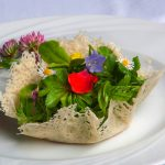 Frühlingssalat im Parmesankörbchen