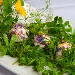 Labkrautsalat mit Frischkäsebällchen im Frühlingskleid