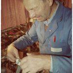 Konzentration und Genauigkeit beim Spalten der Kiele