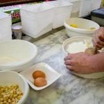 Kartoffel durchs Sieb pressen
