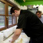 Manuel knetet den Kartoffelteig