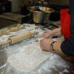 Das Bladl ist die Brotrinde, damit die Rosinen nicht anbrennen. Aus dem gut aufgegangenen Brotteig werden 6 handvoll Teig entnommen und auf einer bemehlten Unterlage einzeln ausgewalkt und beiseite gelegt.