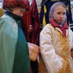 Melchior hilft Balthasar beim Anziehen