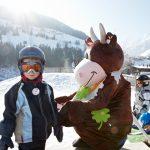 Maskottchen Klara Kleeblatt sorgt im Kinderhotel Felben für gute Laune