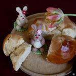 Osterpinze mit selbstgemachten Marzipanhasen dekoriert