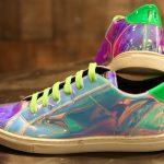 P1 Sneakers von Rieger, die im Neonlicht leuchten