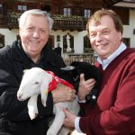 Karl Moik mit Michael Aufhauser und einem geretteten Osterlamm
