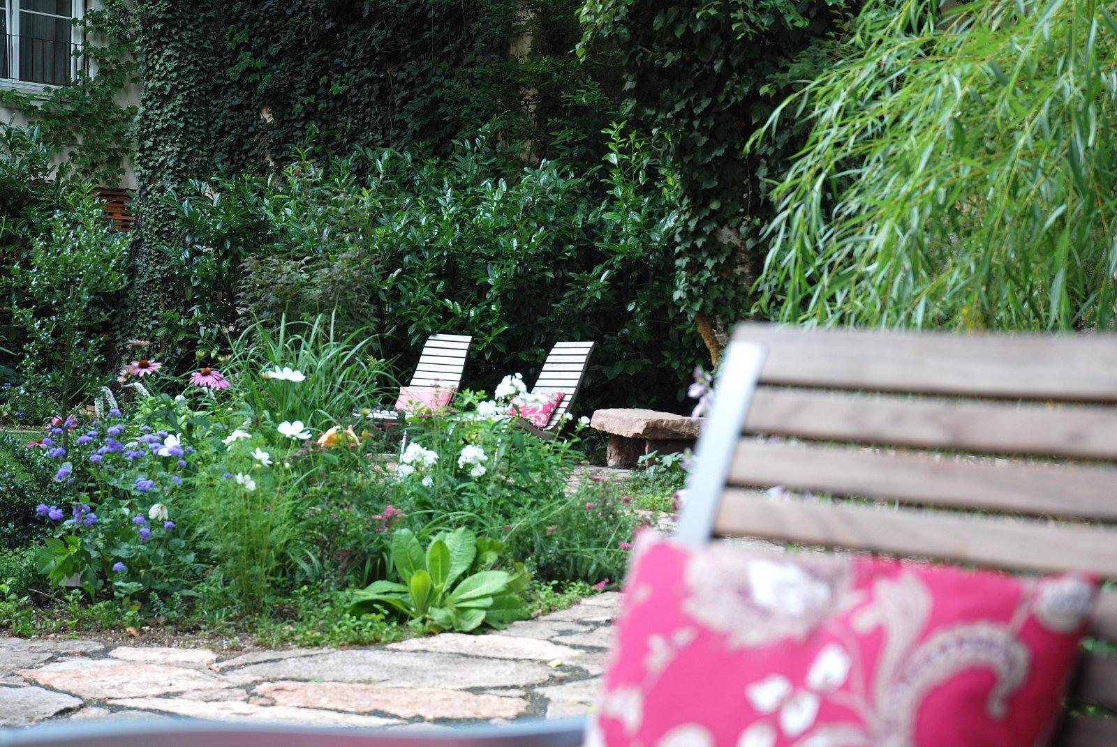 Entspannen nach der Sightseeing-Tour im Hotelgarten Auersperg