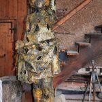 Die Mädchenskulptur modeliert Zenzmaier in Wachs. Dann gießt er sie mit einem speziellen Verfahren in Bronze.