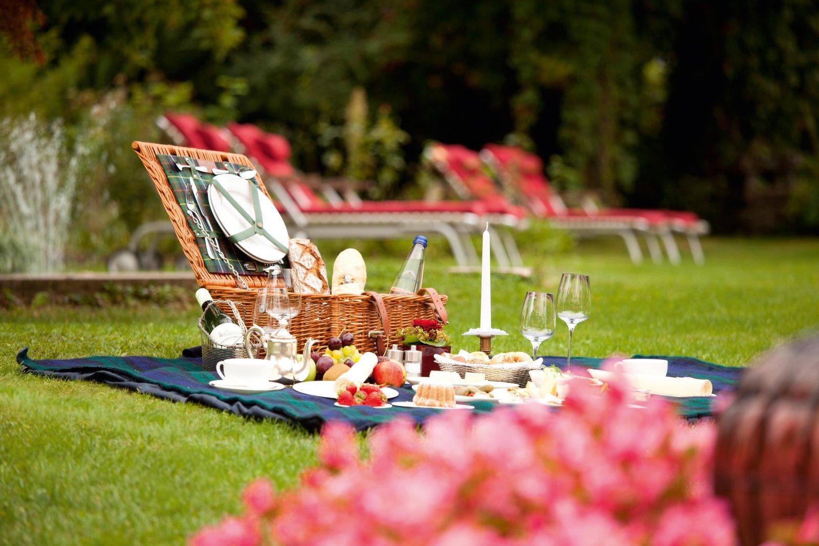 Der Park des Schlosses Mönchstein ist perfekt für ein romantisches Picknick.