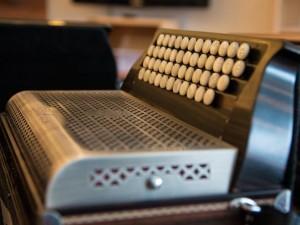 Aus rund 2500 Einzelteilen besteht eine Harmonika.