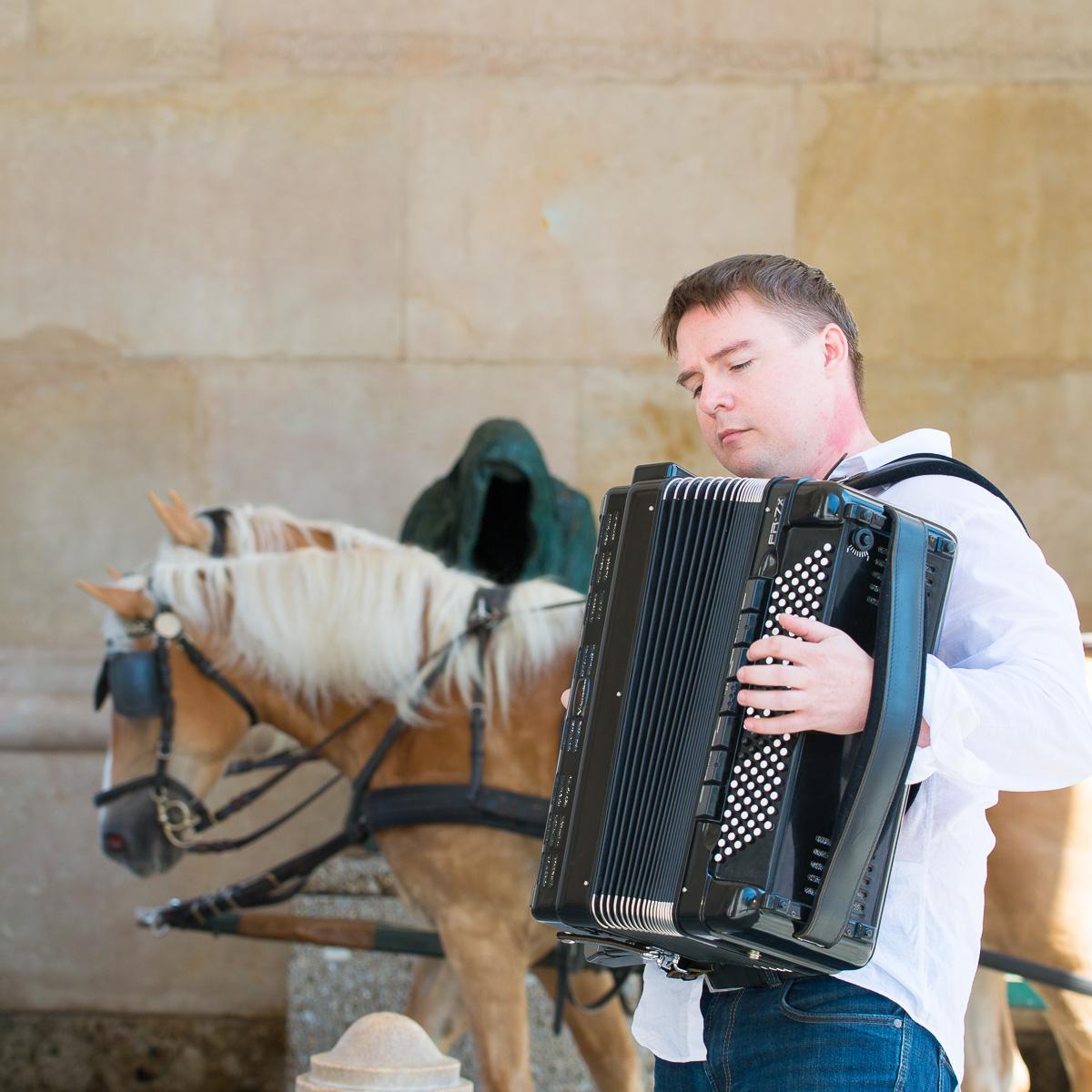 In Russland ist Sascha Musiklehrer und begleitet Volksgruppen.