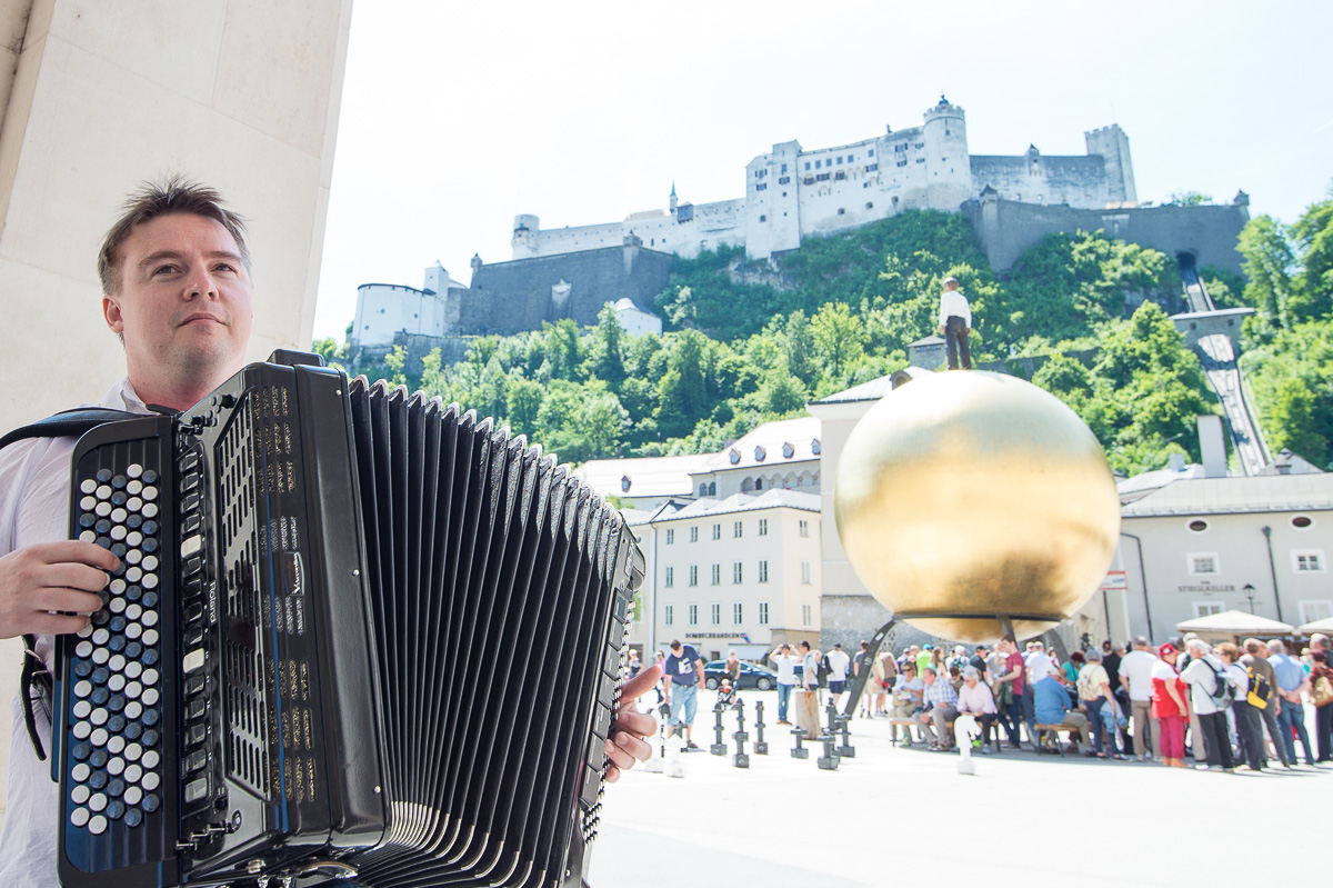 """Mit seinem digitalen Akkordeon spielt Sascha Mozarts """"Cosí fan tutte"""" ebenso wie Brahms."""