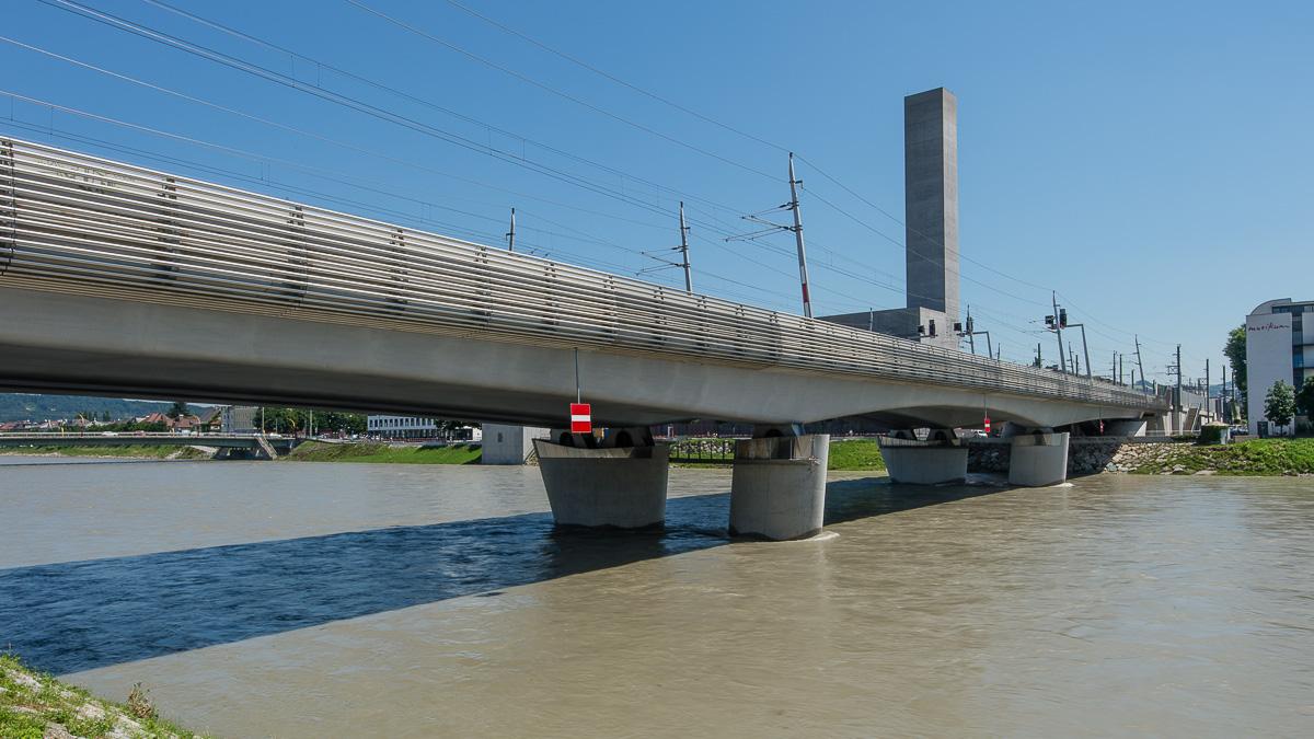 Die neue Eisenbahnbrücke, wichtige Brücke für den ganzen Zugverkehrt in Lehen