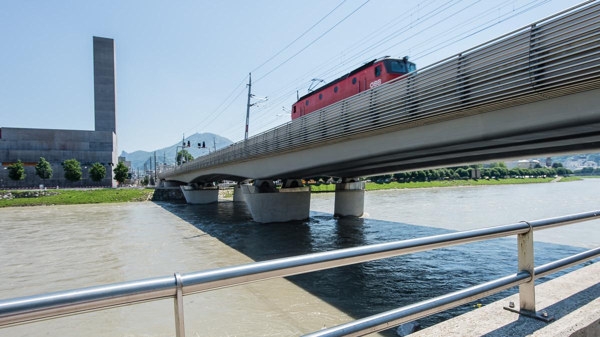Eisenbahnbrücke im Salzburger Stadtteil Mülln
