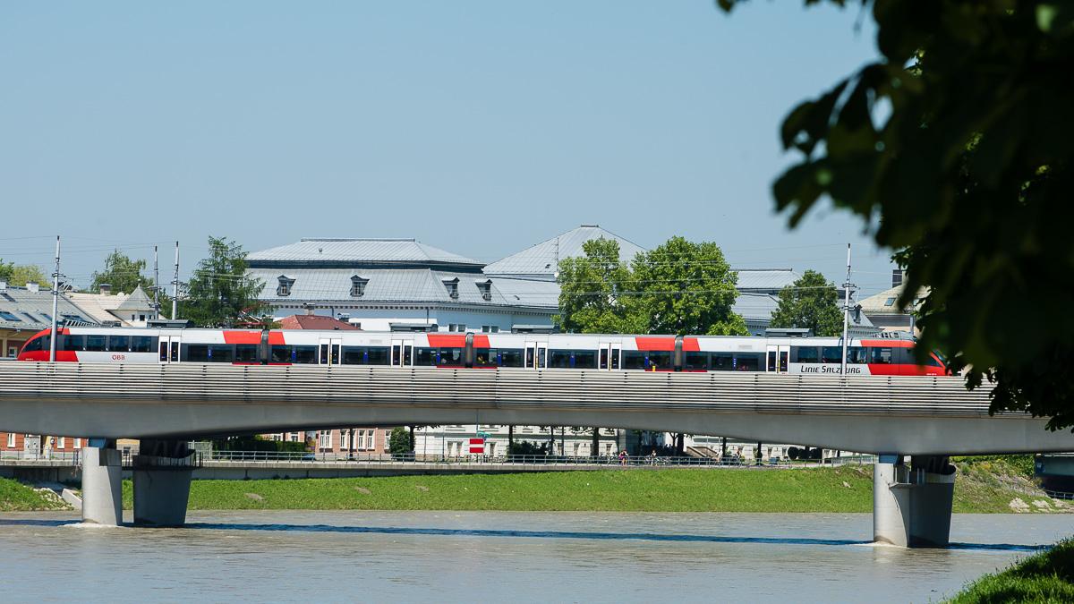 Auch die S-Bahn fährt über die Eisenbahnbrücke in Mülln