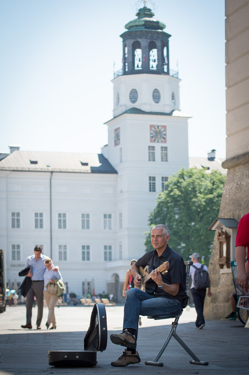 Seit 1992 gehört der Gitarrist Klaus-Jürgen Spannhoff zum Straßenbild der Salzburger Altstadt.