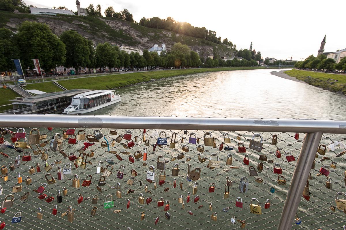 Der Makartsteg ist ein beliebter Steg für Verliebte. Mittels einem Schloss mit Initialen wird vor der Kulisse der Salzburger Altstadt ewige Liebe geschwören.